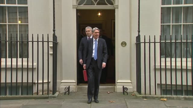 impact on london housing market downing street ext philip hammond mp and treasury team including liz truss mp out of number 11 and posing for... - フィリップ ハモンド点の映像素材/bロール