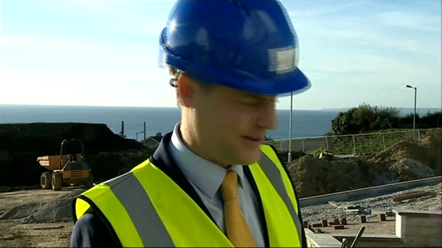 vídeos de stock e filmes b-roll de reaction 3122014 cornwall st austell ext nick clegg mp touring housing construction site nick clegg having a go at building wall during visit to... - st austell
