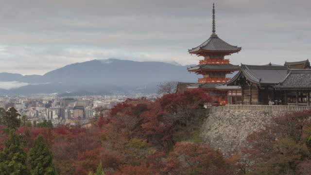 vidéos et rushes de autumn color at kiyomizu-dera temple in kyoto, japan. - sanctuaire