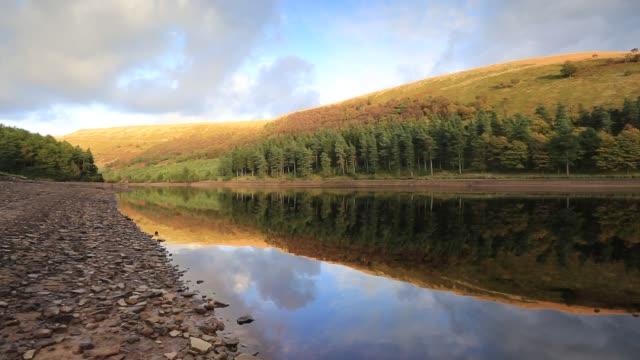 autumn colours, derwent reservoir, derbyshire, peak district national park, england, uk - derbyshire stock-videos und b-roll-filmmaterial