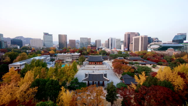 autumn day to night landscape of junghwajeon (main throne hall) of deoksugung (korea's royal palace during the joseon monarchy) and buildings - 電飾点の映像素材/bロール