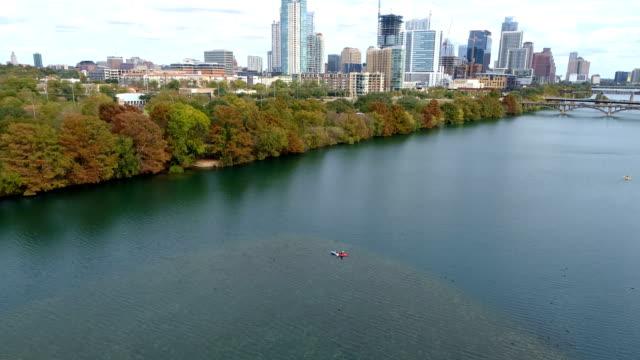 vídeos de stock e filmes b-roll de autumn fall collection treeline of town lake in austin , texas - town