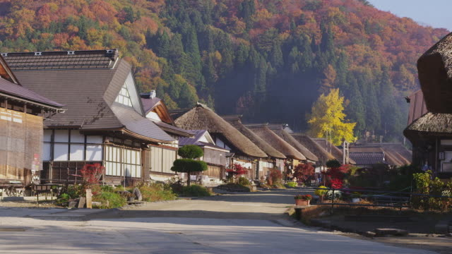 autumn foliage in ouchijuku - strohdach stock-videos und b-roll-filmmaterial
