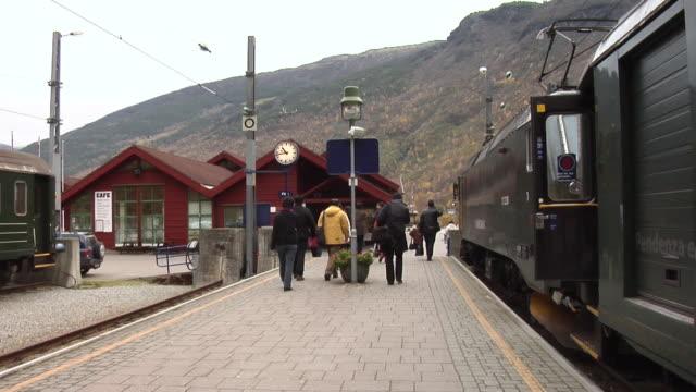 autumn in flåm railway station - bahnreisender stock-videos und b-roll-filmmaterial