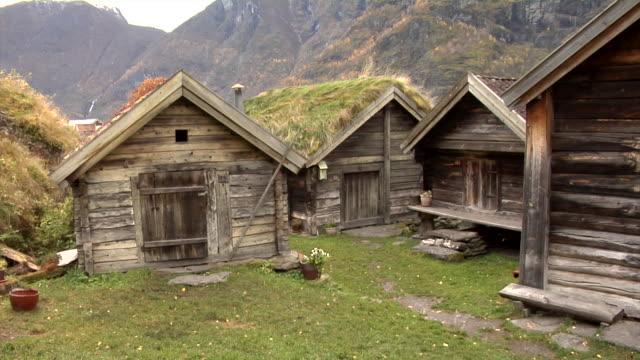 vídeos de stock e filmes b-roll de autumn in otternes farm village - noruega