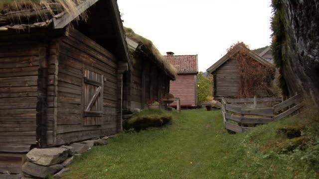vídeos y material grabado en eventos de stock de autumn in otternes farm village - noruega