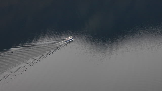 stockvideo's en b-roll-footage met autumn in the aurland fjord - kielwater