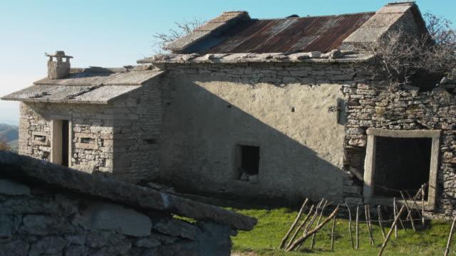 vidéos et rushes de autumn in the regional natural park of lessinia. old abandoned farm. - a l'abandon