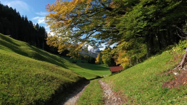 vídeos de stock, filmes e b-roll de autumn landscape, upper bavaria, germany, europe - montanha zugspitze