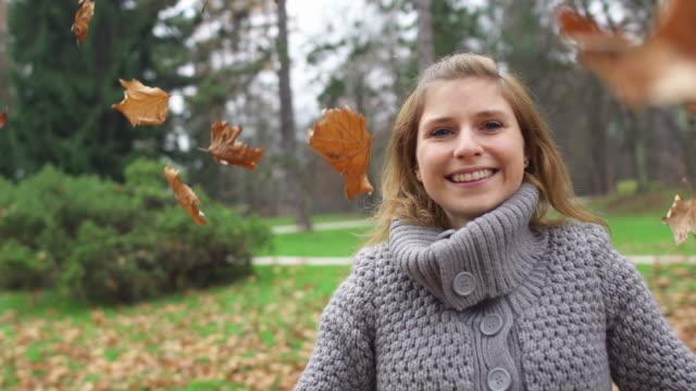 vídeos y material grabado en eventos de stock de chica leafs caer en super cámara lenta - sólo una adolescente