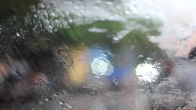 Outono gotas de água de Chuva na superfície de Vidro
