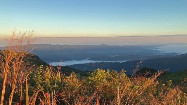 Automne coucher de soleil sur les Blue Ridge Mountains avec des nuages en mouvement