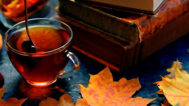stockvideo's en b-roll-footage met herfst thee en boeken - warme dranken