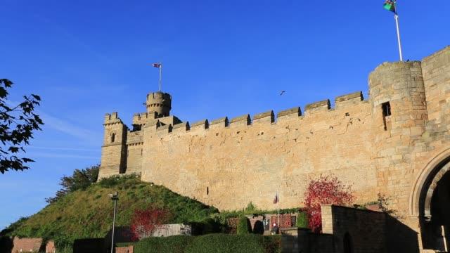 vídeos de stock, filmes e b-roll de autumn view over lincoln castle, lincoln city, lincolnshire, england, uk - castelo