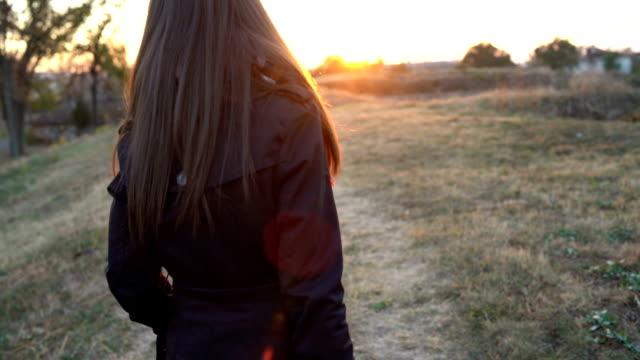 vídeos y material grabado en eventos de stock de paseo de otoño - espalda humana