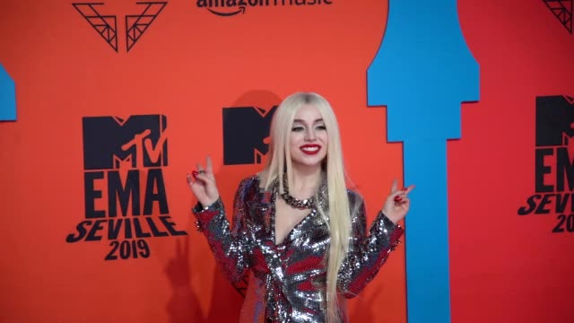 slomo ava max at 26th mtv europe music awards on november 03 2019 in seville spain - mtv1 stock videos & royalty-free footage