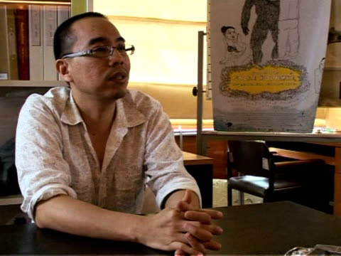 vídeos de stock, filmes e b-roll de avantgarde apichatpong weerasethakul was the surprise winner of the cannes film festival's top prize with his unconventional and dreamlike 'uncle... - vanguardista