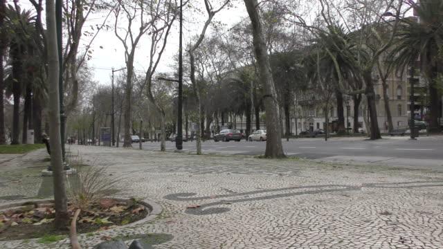 die avenida da liberdade in lissabon - liberdade stock-videos und b-roll-filmmaterial