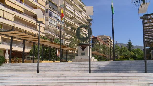 avenida del mar looking north, marbella sol, andalucia, spain - スペイン国旗点の映像素材/bロール
