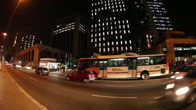 vídeos de stock, filmes e b-roll de ws pan avenida paulista avenue at night / sao paulo, brazil - avenida