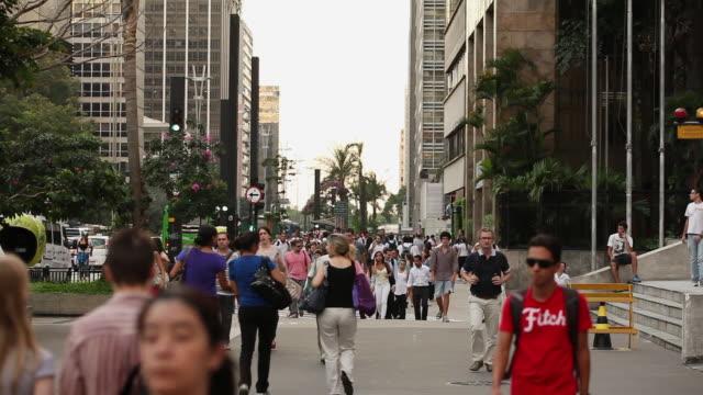 ws avenida paulista avenue people walking / sao paulo, brazil - avenida paulista stock videos & royalty-free footage