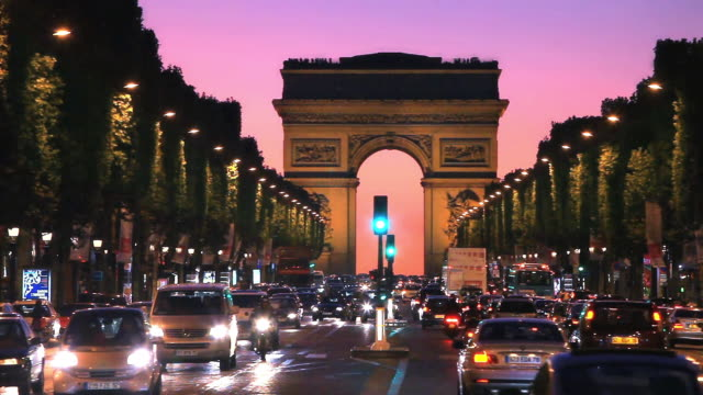 avenue champs elysees in paris - triumphbogen paris stock-videos und b-roll-filmmaterial