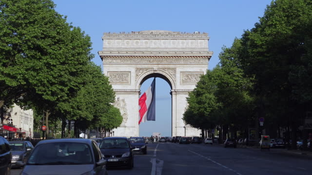 vídeos de stock, filmes e b-roll de avenue de la grande armee and the arc de triomphe paris france europe - arco triunfal