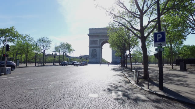 avenue de la grandearmée and the arc de triomphe with very very little traffic during the coronavirus epidemic on april 15 in paris france the... - 凱旋門点の映像素材/bロール