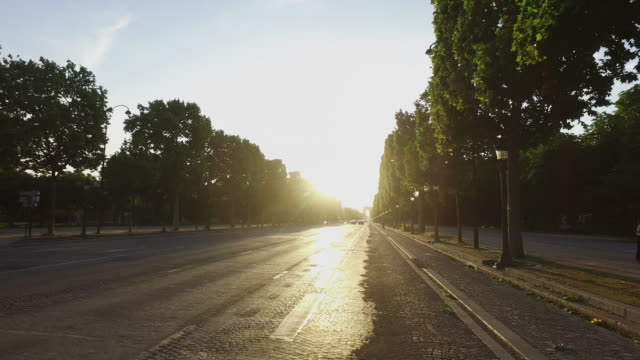 vidéos et rushes de avenue des champs elysées at sunset on may 11, 2020 in paris, france. france has started a progressive relaxation of its lockdown measures and... - plan en travelling