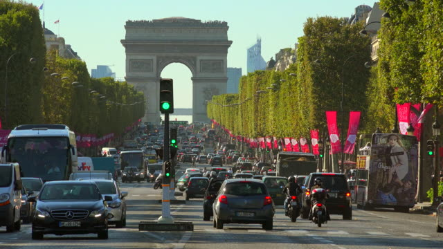 avenue des champs élysèes, arc de triomphe, paris, ile de france, france - パリ凱旋門点の映像素材/bロール