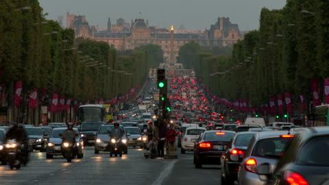 vidéos et rushes de avenue des champs èlysées, paris, ile de france, france - embouteillage
