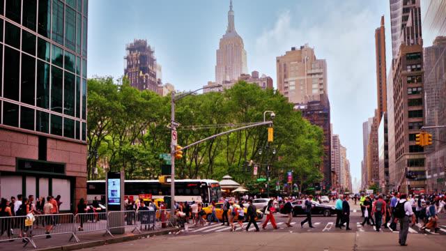 ニューヨーク通り通り。歩行 者。エンパイアステートビル有名な場所。 - アメリカ点の映像素材/bロール