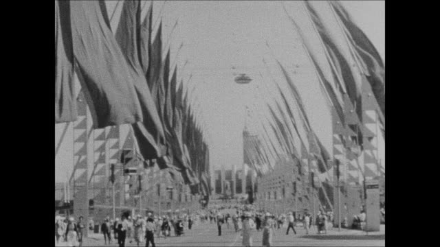 vídeos de stock, filmes e b-roll de avenue of flags and the hall of science at the 1933 chicago world's fair - 1933