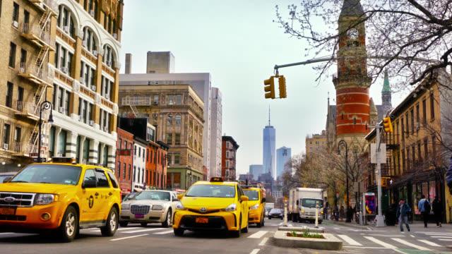 avenue i new york. mitt i stan. vy till finansdistriktet. - yellow taxi bildbanksvideor och videomaterial från bakom kulisserna