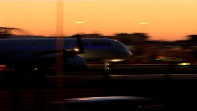 vidéos et rushes de air traffic 'back to normal' following air traffic control computer 'glitch' england london heathrow airport air astana passenger aircraft landing at... - piste d'envol