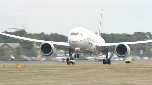 boeing 787 dreamliner touches down at farnborough airshow england hampshire farnborough ext reporter to camera boeing 787 dreamliner touching down on... - boeing 787 stock videos and b-roll footage