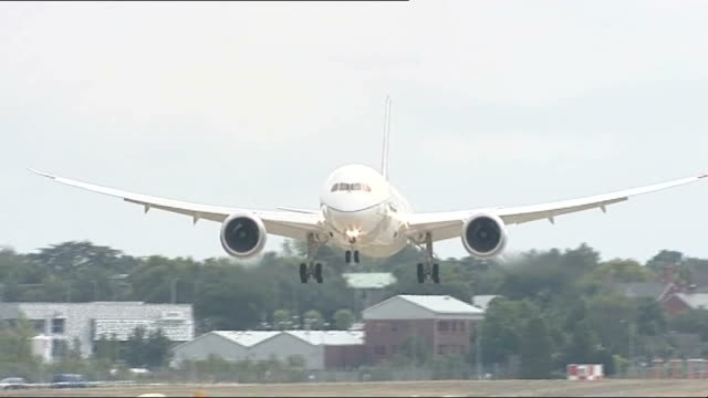 boeing 787 dreamliner touches down at farnborough airshow england hampshire farnborough ext boeing 787 dreamliner tipping its wings as flying... - boeing 787 stock videos and b-roll footage