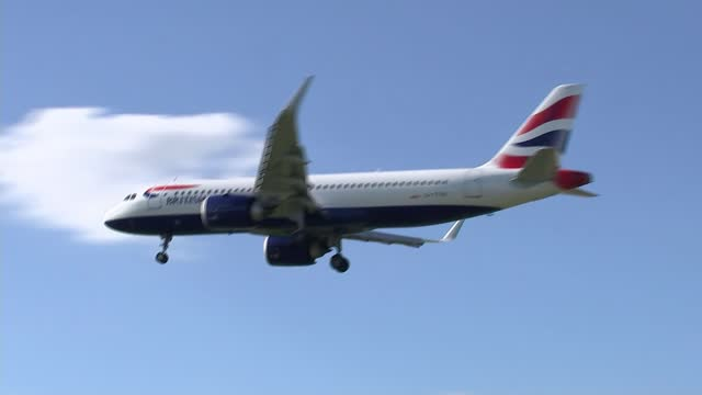 british airways and ryanair investigated over covid refunds; england: london: heathrow: ext british airways plane flying overhead - flying stock videos & royalty-free footage