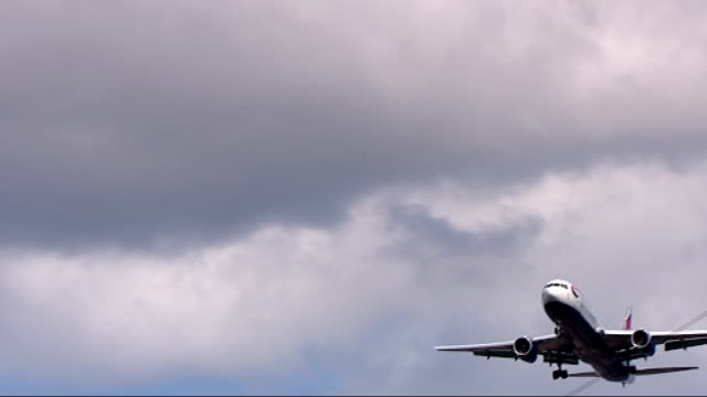 british airways headquarters and heathrow aircraft ground to air shot of british airways boeing 777 flying low over house rooftops as approaching... - air to air shot stock videos and b-roll footage