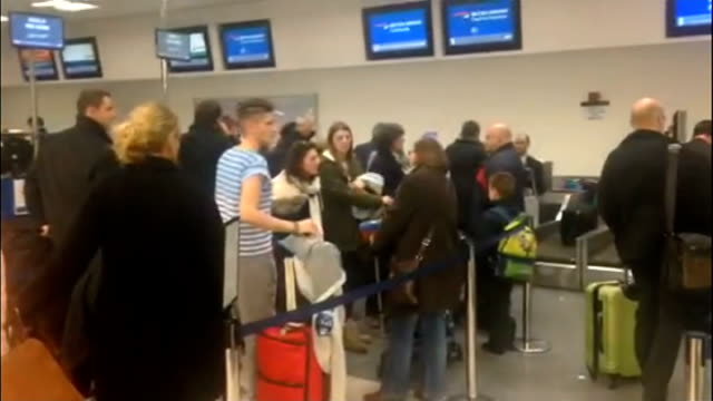 computer failure at uk's main air traffic control centre causes travel chaos london city airport int people queuing at checkin desks pan people in... - air traffic control点の映像素材/bロール