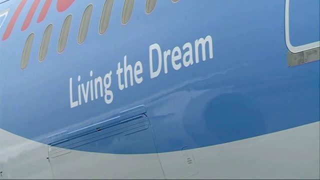 vídeos de stock, filmes e b-roll de dreamliner 787 first commercial uk flight; england: west sussex: gatwick airport: ext boeing 787 dreamliner stationary in loading bay area 'living... - boeing 787