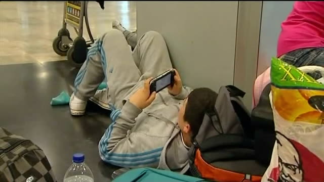 european court rules against ryanair amid compensation claims t22041014 / tx spain madrid madridbarajas airport boy lying on floor of airport... - ライアンエアー点の映像素材/bロール