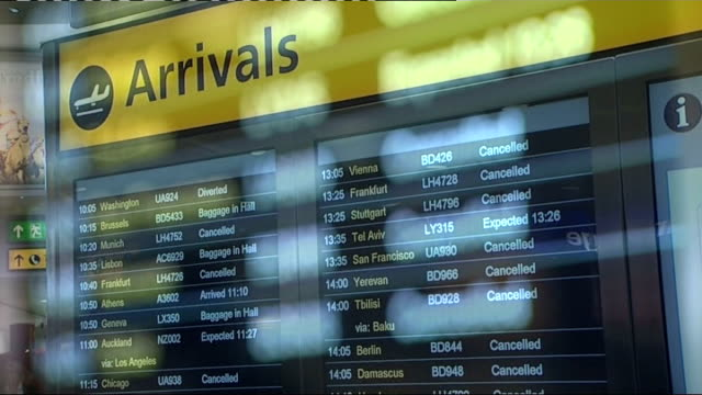 european court rules against ryanair amid compensation claims r15041001 / 1542010 london heathrow airport int 'arrivals' board showing cancelled... - ライアンエアー点の映像素材/bロール