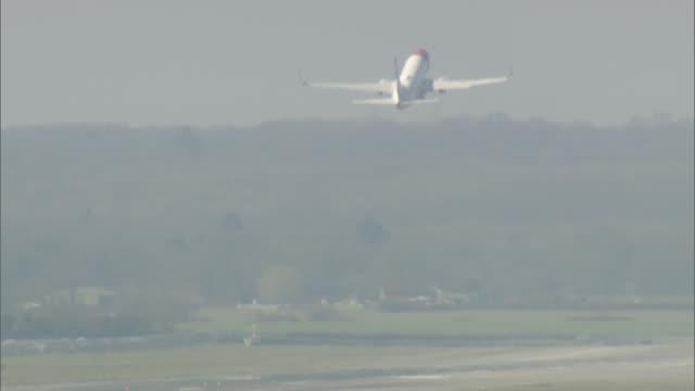 general views of gatwick airport; british airways plane in flight / plane taxiing / ryanair plane taxiing / norwegian air plane taxiing / plane... - gatwick airport stock videos & royalty-free footage