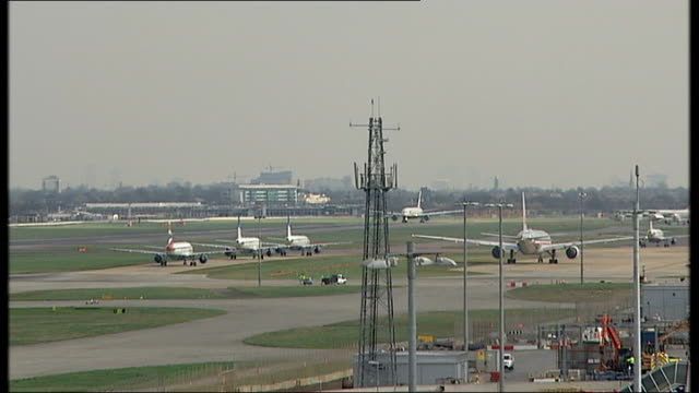 vidéos et rushes de general views of terminal 5 and planes taking off general view of radar tower as plane coming in to land / planes on airport runway / british airways... - radar