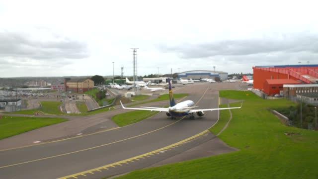 monarch airlines folds overnight leaving thousands stranded ryanair plane along tarmac - ライアンエアー点の映像素材/bロール