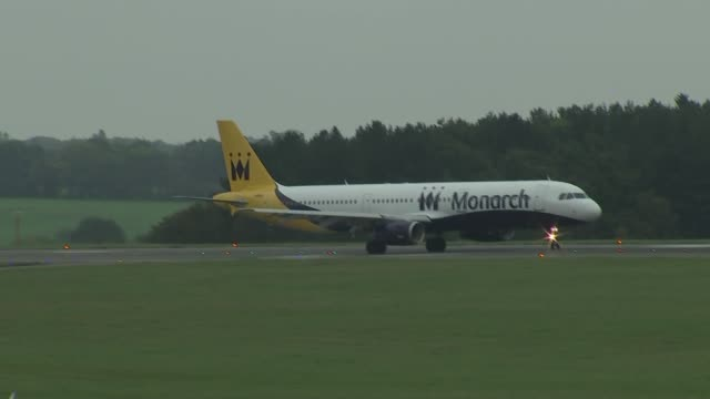 monarch airlines monarch planes at luton airport england bedfordshire luton airport ext gvs planes on tarmac including monarch and ryanair / monarch... - ライアンエアー点の映像素材/bロール