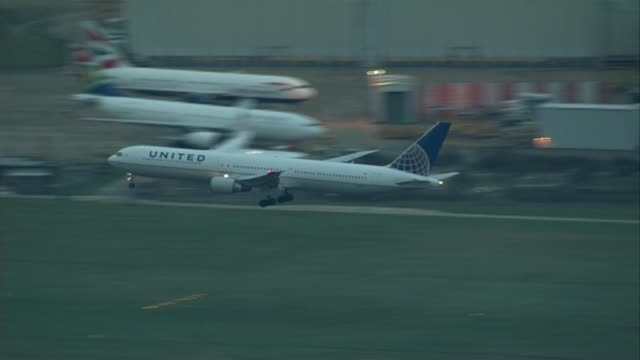 stockvideo's en b-roll-footage met possible delay on heathrow expansion decision file date unknown england london heathrow ext united airlines plane coming into land on runway at... - mogelijk