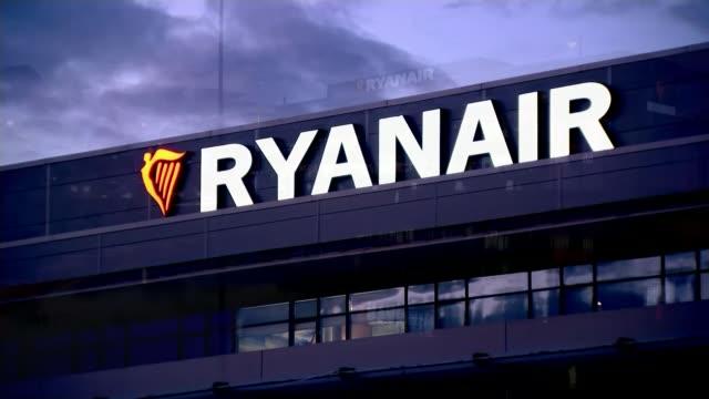 ryanair pilot tells itv news flight cancellations could continue in 2018 t29091727 ireland dublin gvs ryanair headquarters hq at dusk - ライアンエアー点の映像素材/bロール