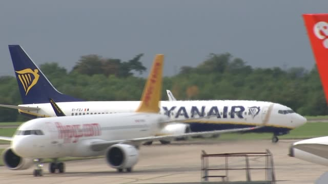 ryanair threatened with legal action by the caa t21091705 / 2192017 essex stansted airport ext various of ryanair aircraft taxiing - ライアンエアー点の映像素材/bロール